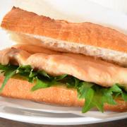 辛味噌サラダチキンとたっぷり大葉のバゲットサンド。高たんぱくでヘルシーな和風サンド。