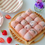 久々のレシピブログさんの連載は『ピンクが可愛い苺とチョコのちぎりパン』