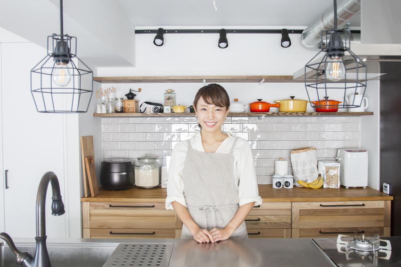 """見せるものと見せないものを""""メリハリ収納""""でスタジオのようなキッチンに~北嶋佳奈さんの「世界一楽しいわたしの台所」"""