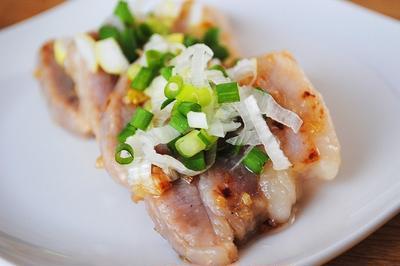 ジューシーでスタミナ抜群!シンプルなおいしさがクセになる!豚バラ肉のカリカリ焼き 特製ねぎ塩たれ
