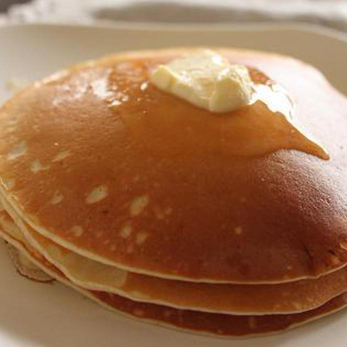 白いお皿に盛られたカナダ風パンケーキにバターがトッピングされている