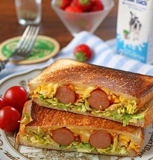 カレー粉がポイント!シャキシャキキャベツとふわふわ卵のソーセージホットサンド♪朝食に