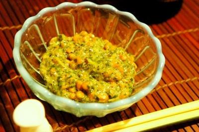 実録、恐怖の三十路女独り飯……アボカドの黒胡麻辛子酢味噌和え、納豆とモロヘイヤのねばねば和え。。