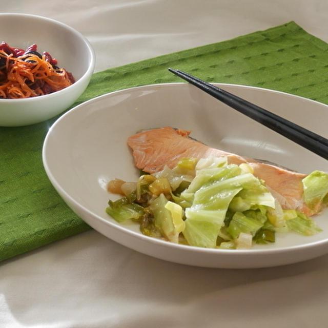 ブルーベリー、クコ、にんじんサラダと鮭のちゃんちゃん焼き風