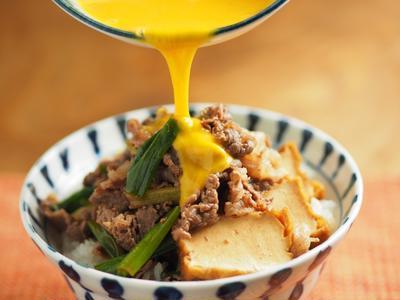 牛すき焼き丼、牛こま肉で簡単丼レシピ、パワー丼 by 筋肉料理人