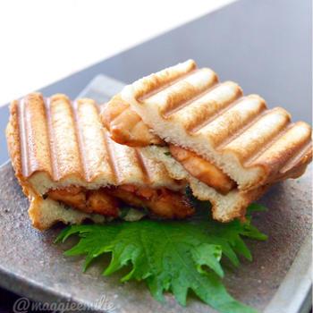 簡単朝ごはん!鮭のバター醤油炒めと大葉で和風パニーニ*和ニーニ*ホットサンド