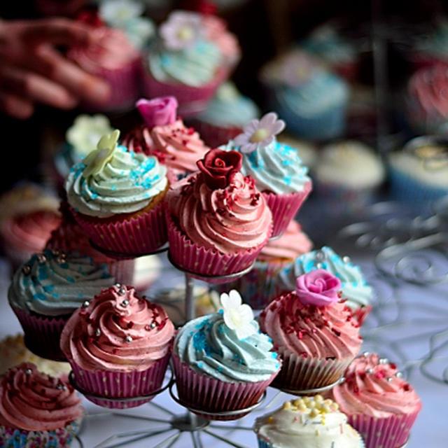 コーンスターチを使ってホロホロツ、甘さ控えめスポンジのカップケーキとクリームチーズベースのフロスティング