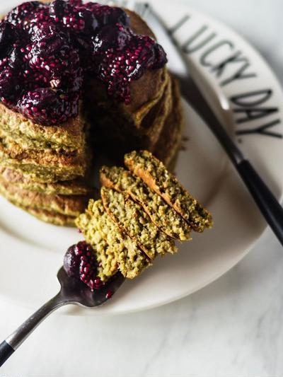 VEGAN MATCHA PANCAKE + BLUEBERRY CHIA SAUCE ヴィーガン/グルテンフリーの抹茶パンケーキ + ブルーベリーチアソース