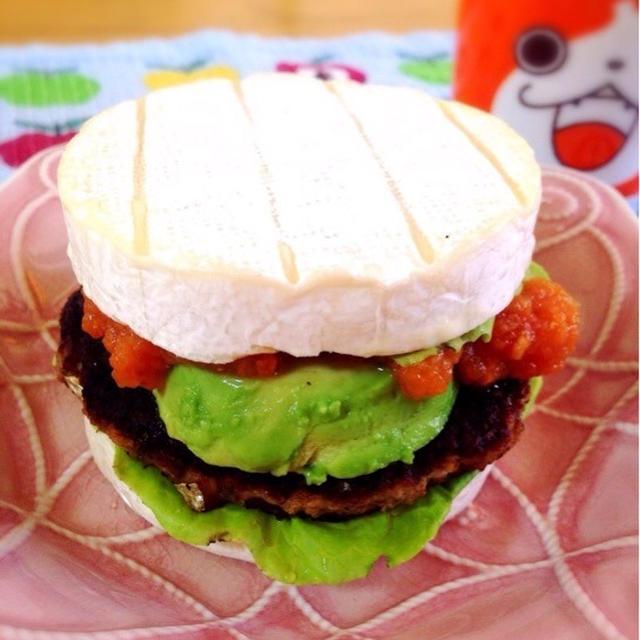 鯖ハンバーグと自家製ケチャップでカマンベールバーガー。