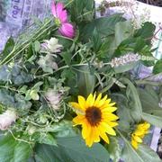 小麦粉の袋に工房の花と野菜を入れて実家に届ける