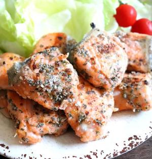 【簡単!魚レシピ】切ってからめて焼くだけ!サーモンのバジル風味炒め