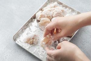 2、バットに片栗粉を広げ、ペーパータオルで汁気をふいた1を入れ、たっぷりまぶす。