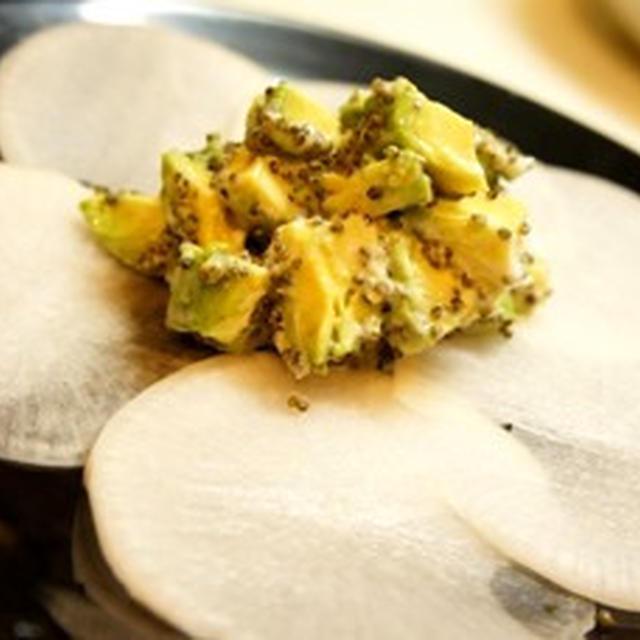 大根で作るヘルシーオードブル、アボカドと大根のカナッペ、柿と春菊和風サラダで始まる洋晩酌