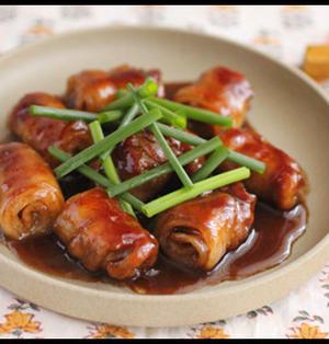 簡単ごはんがすすむ系!豚バラ薄切りで、ロール豚の黒酢煮込み