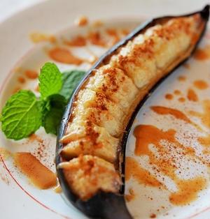 【スパイス大使】甘くてトロトロ♪焼きバナナのきな粉シナモンソースがけ