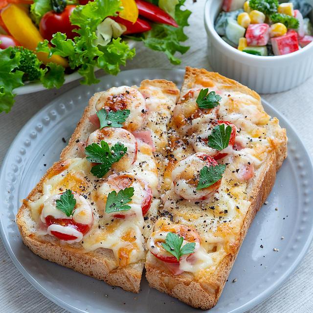 フレッシュトマトとハムのチーズトースト(*゚▽゚*)♪