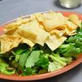 緑の野菜と揚げ湯葉のサラダ。三つ葉がメインの香りがいいデリ風サラダ。