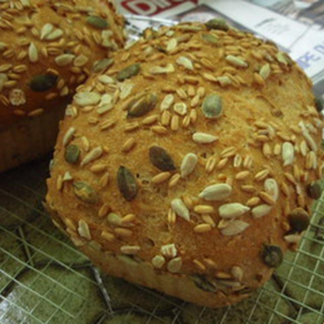パン・シリアル Pain aux cereales と、健康食品ヒマワリの種。