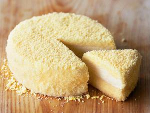 やわらかな口あたりのレアチーズケーキと、コクを感じるベイクドチーズケーキが一度に味わえる贅沢チーズケ...