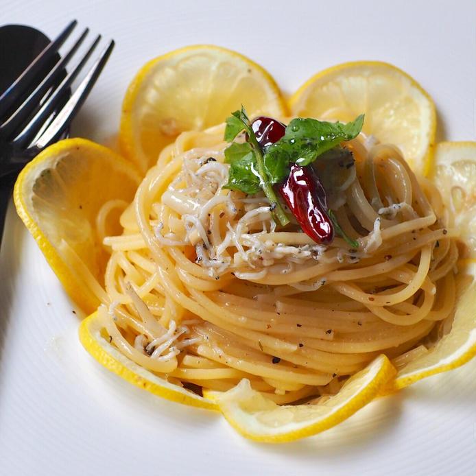お皿に盛られたスライスレモンとしらすのレモンペペロンチーノ