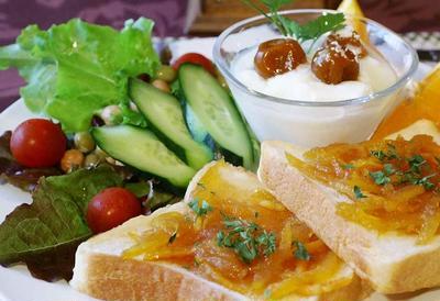 【ワンプレート朝ご飯】自家製ママレードトースト菜園野菜添え/洋風出汁巻き玉子焼き/他です。