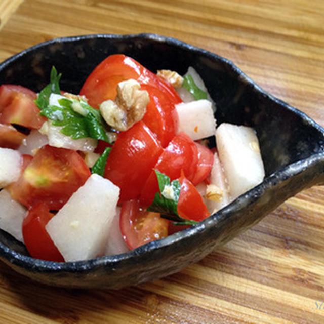 クルミでコクの秋の梨とトマト爽やかサラダ