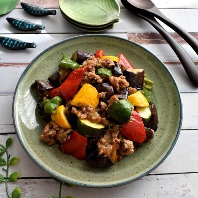 緑色のお皿に盛られたひき肉と夏野菜の麻婆