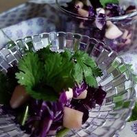 紫キャベツとりんごとパクチーのサラダ♪