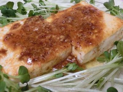 粒マスタードのレモンバターソースがうまぁ♪ スパイシー豆腐ステーキ