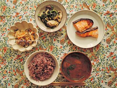 焼き魚とほうれん草の炒め物。