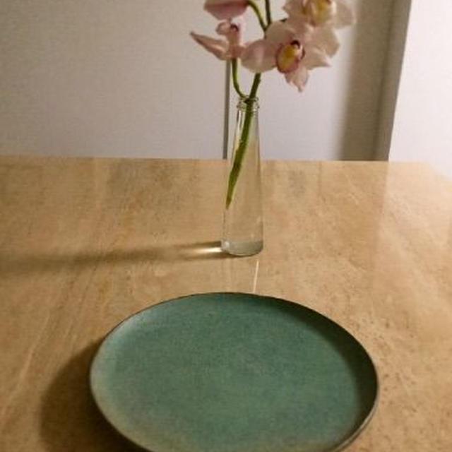*宮崎和佳子さんのお皿。 *もやしとパクチーの美味しいサラダ。 *今日の2匹(ΦωΦ)(ΦωΦ)♪