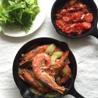 スキレットでお手軽 海老とトマトのナンプラー蒸し