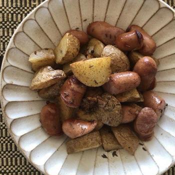 新ジャガイモとソーセージの炒めもの キャラウェイ風味 –  Fried Potato and Sausage with Carawey Seeds –