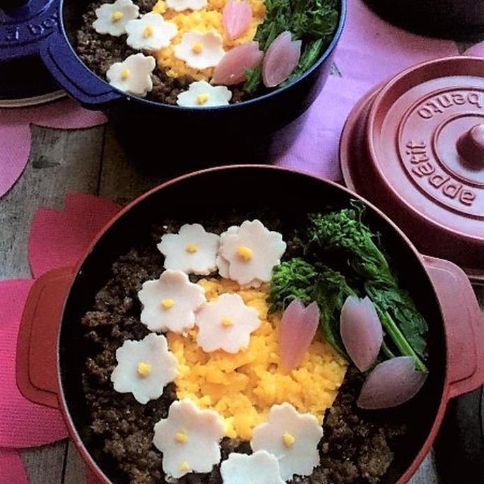 桜の形に型取りしたハムや花びら型のらっきょうがのった鶏そぼろ弁当