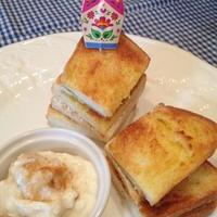 パパン メロンパンを使って 「クリームチーズサンド」。