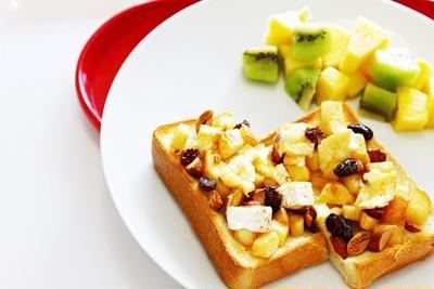 【今日の朝ごはん♡】リンゴとアーモンドのカマンベールピザトーストのレシピ♡