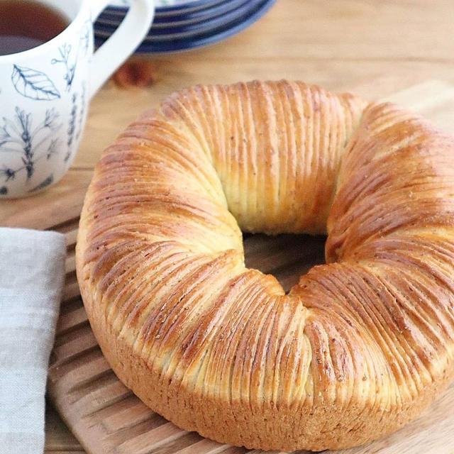 【#今日はパンの日】ウインナー入り全粒粉のウールロールパン