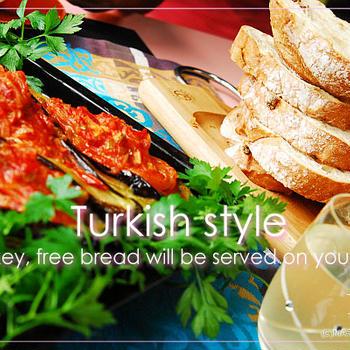 トルコ料理を作ったらエキメキしましょ♪-テーブルにパンを積んで。