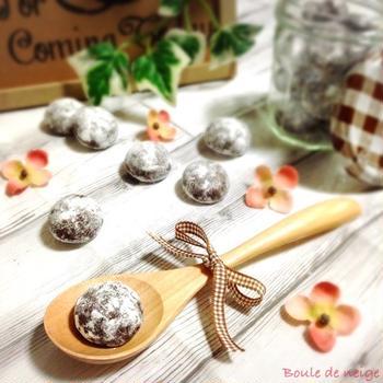 【レシピ】サクほろ食感がとまらない‼︎ほろ苦ココアスノーボールクッキー♡