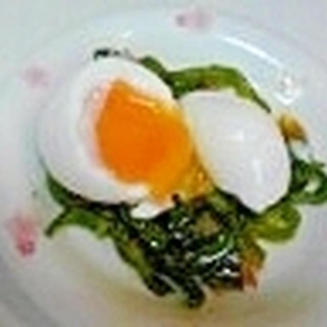 朝食は、半熟卵とピーマン炒めで彩り良く♪