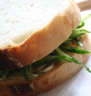 ミントときゅうりのサンドイッチ