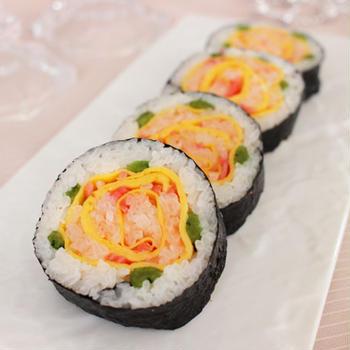 ひな祭りにぴったり♪簡単な巻き方で薔薇のお花の飾り巻き寿司