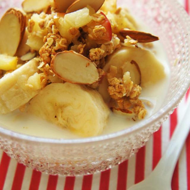 朝の朝食にアーモンドアップルグラノーラ&バナナミルク