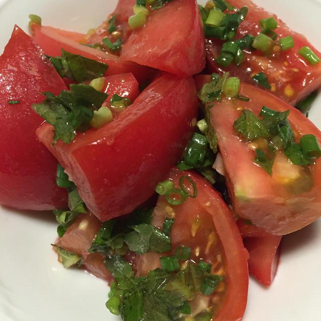 夏にさっぱり!切って混ぜるだけトマトサラダ
