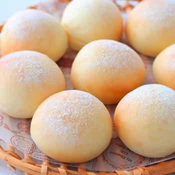 あれを食べるために焼いたまん丸パンと手作りヨーグルトとグラノーラ