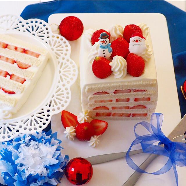 白いお皿にのった食パンケーキに雪だるまとサンタ、いちごがのっている
