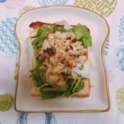 鶏胸肉ときのこのマスタードマヨ焼きオープンサンド