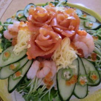 野菜たっぷり、サラダ感覚の豪華なサーモンケーキ寿司