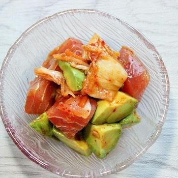 【実食レポ】火を使わない簡単つまみ♪ まぐろとアボカドのキムチ和え+丼