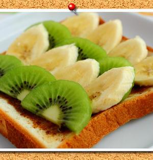 バナナ&キウイのせ黒糖バタートースト。